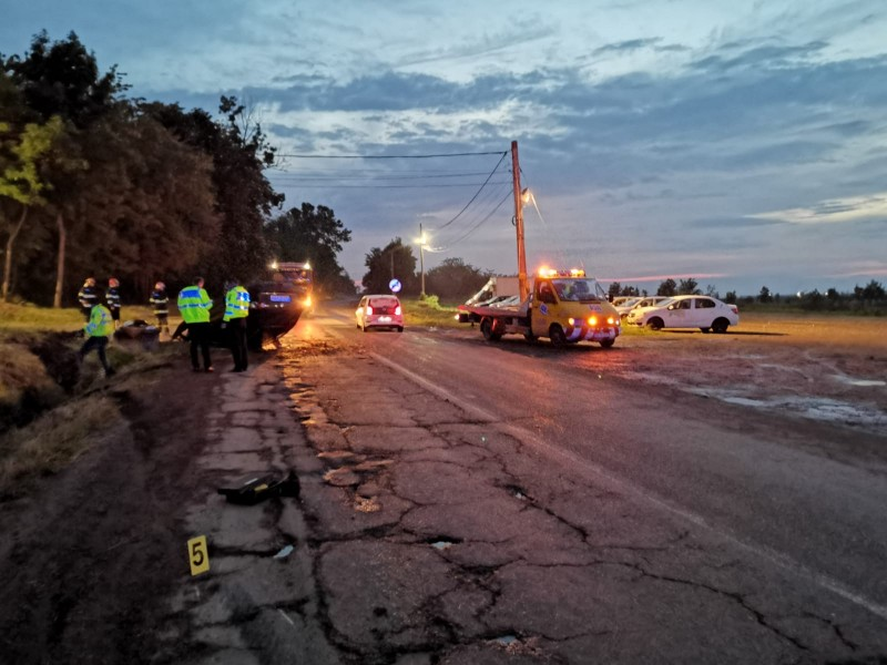 Tânără rănită, după ce mașina în care se afla, s-a răsturnat pe cupolă