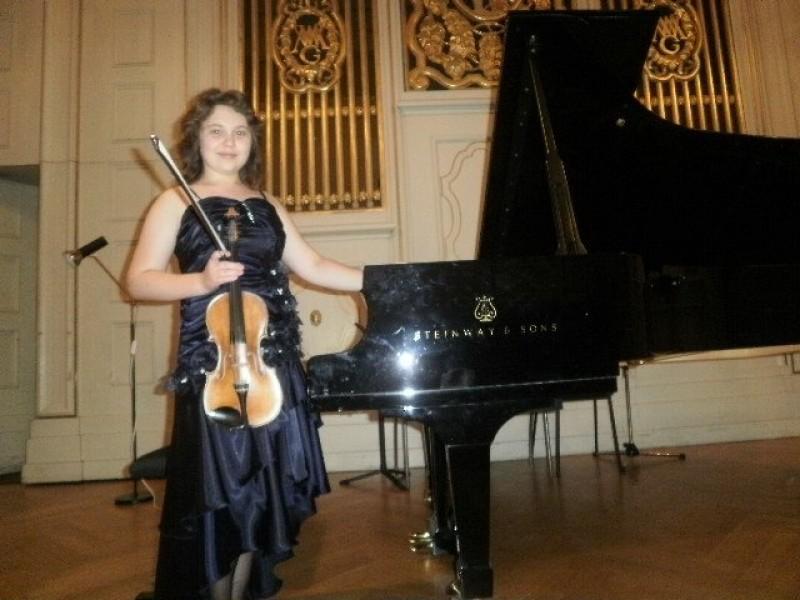 Tânăra violonistă Mălina Ciobanu va concerta, vineri, pe scena Filarmonicii Botoşani