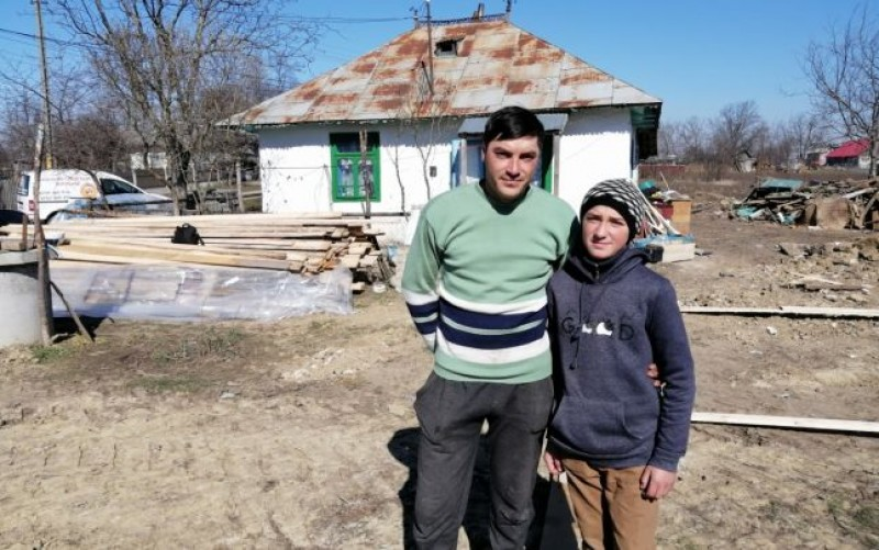 """Tânărul din Botoșani care se speteşte muncind, ca să-şi întreţină fraţii şi bunica paralizată. """"Cum să-i las? Doamne fereşte!"""""""