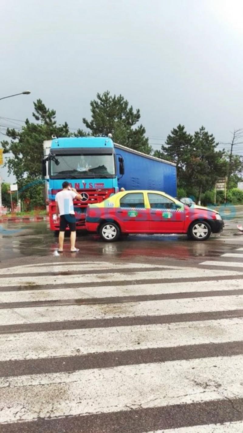 Taxi lovit de un TIR într-o intersecție din Botoșani! FOTO