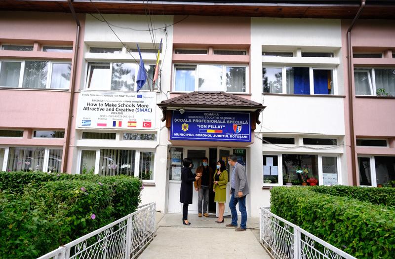 """Teren de sport modern construit la Școala Profesională Specială """"Ion Pillat"""" de la Dorohoi"""