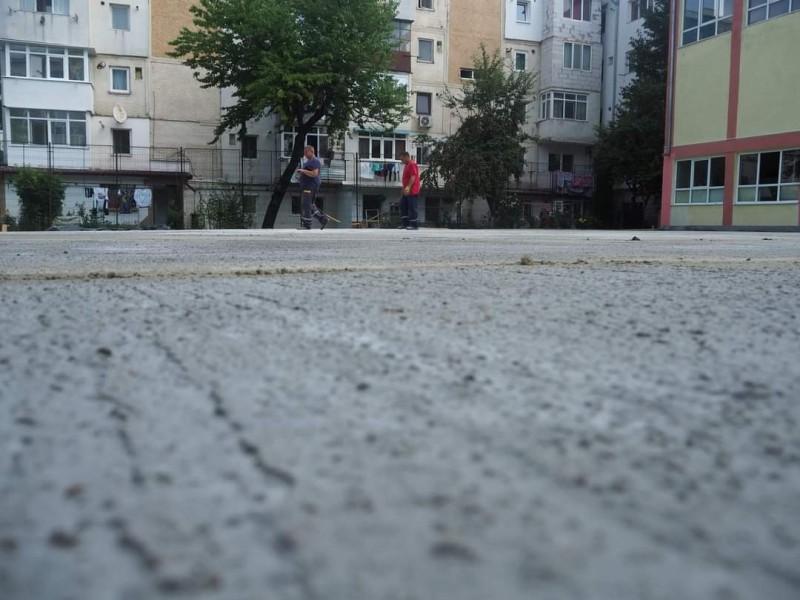 Terenul de sport al unei școli din Botoșani prinde contur
