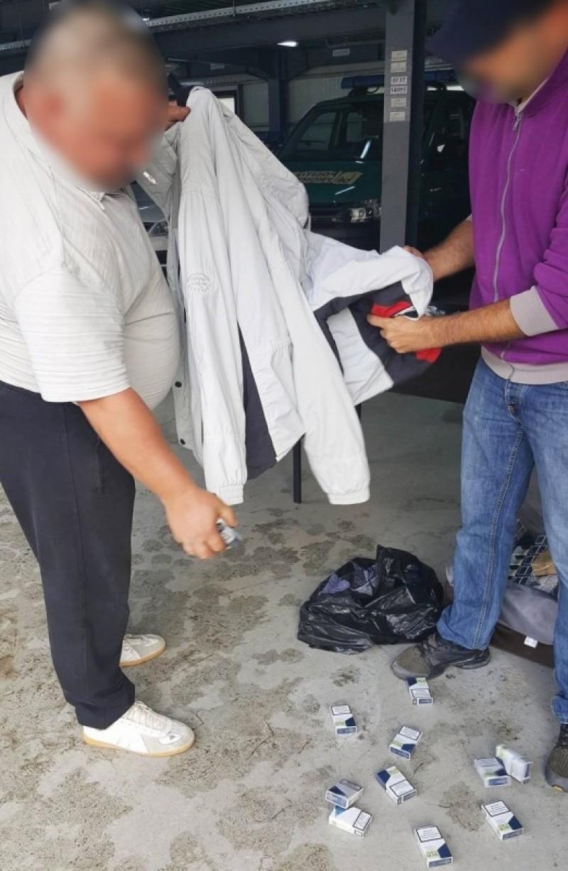 Surpriza dintr-un microbuz: ţigări ascunse în mânecile hainelor pasagerilor, în trusa medicală şi în lada cu scule - FOTO