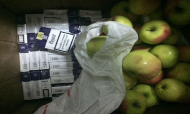 Țigări de contrabandă ascunse în cutiile cu mere. Femeia se afla într-un microbuz care intra în România!