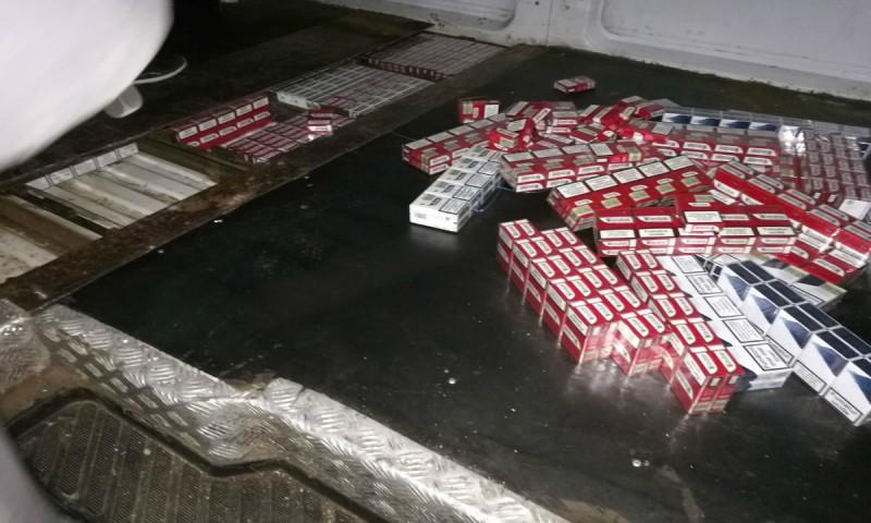 Ţigări de contrabandă, ascunse într-un microbuz, descoperite în Vama Stânca!