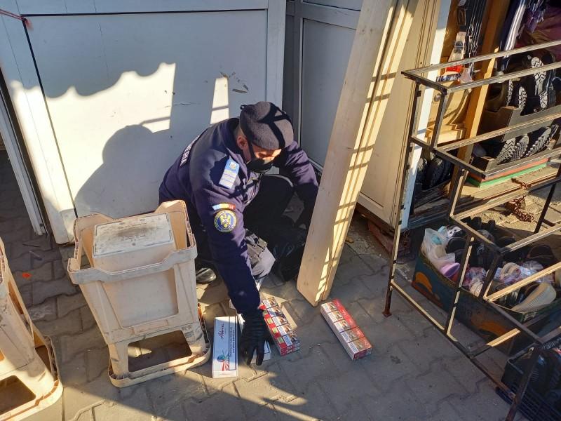 Țigări de contrabandă confiscate de jandarmi din sediile unor firme