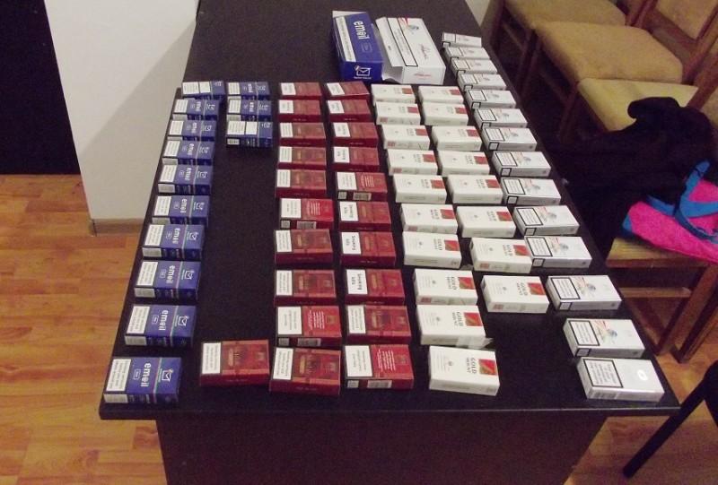 Ţigări de contrabandă şi petarde confiscate de poliţişti de la agenţi economici