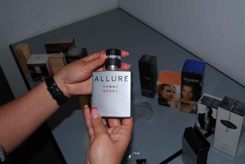 Tineri anchetați pentru comercializarea unor parfumuri contrafăcute