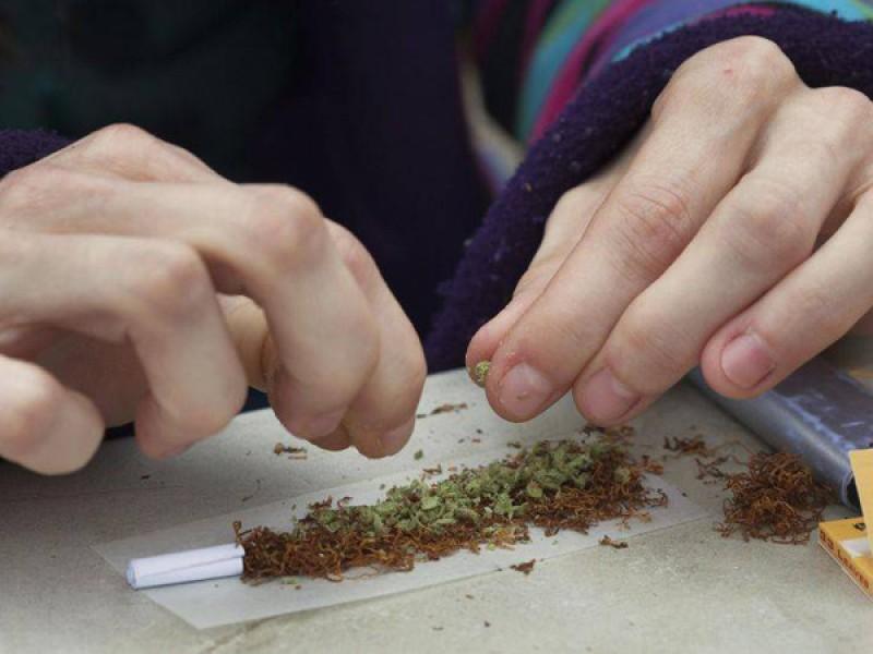 Tineri trimişi în judecată după ce au fost prinşi cu droguri!