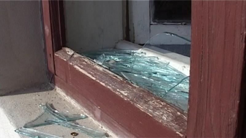 Tineri trimişi în judecată după ce au spart geamurile unei bătrâne! Unul dintre ei, suspect de omor