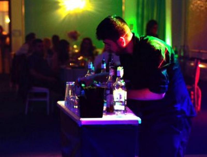 Tinerii din România investesc de 17 ori mai mult în băutură decât în cultură