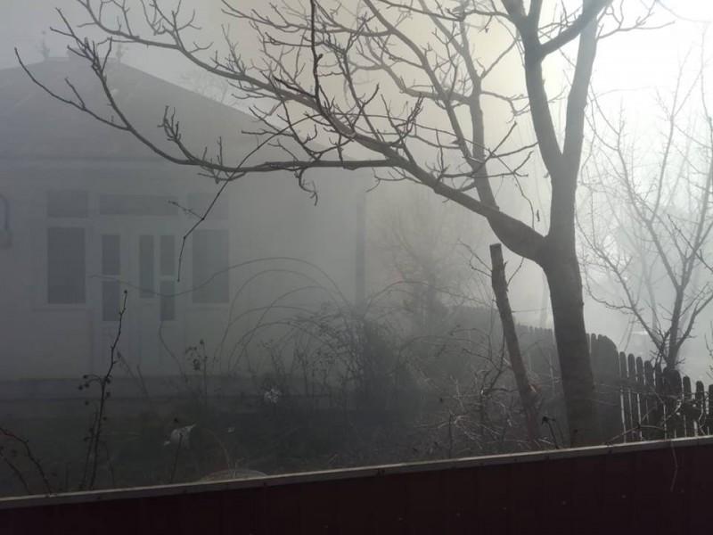 Tone de furaje mistuite într-un incendiu. Pompierii au intervenit înainte ca flăcările să cuprindă locuințele! FOTO