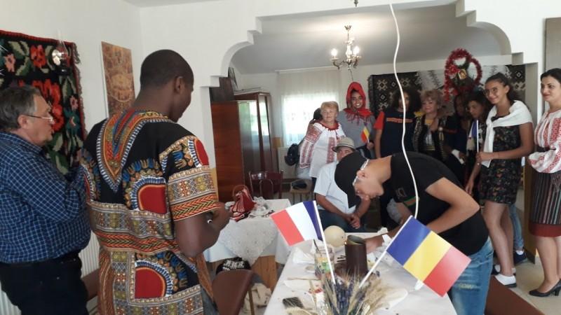 Tradiții populare la Vlădeni, apreciate de un grup de tineri din Franța
