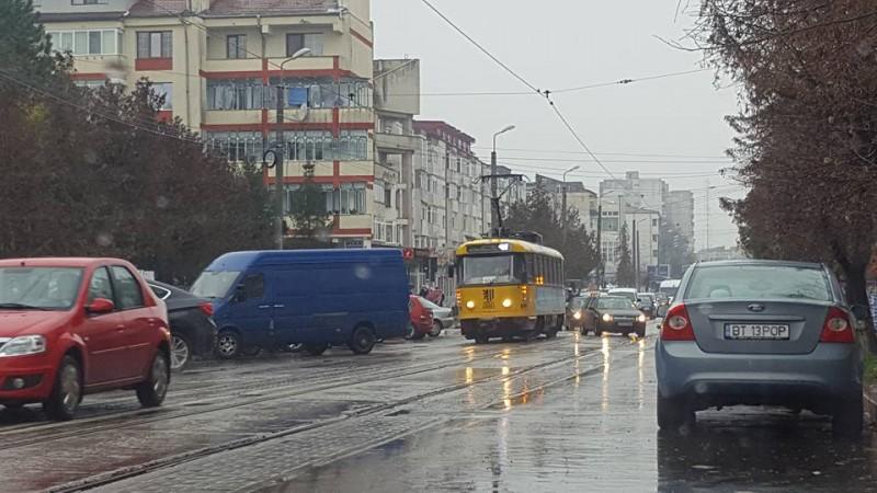 Trafic dat peste cap de un şofer care a parcat lângă linia de tramvai!
