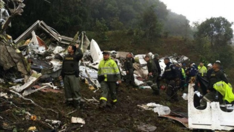 TRAGEDIE in Columbia! Avion cu 81 de persoane la bord, printre care o echipa de fotbal si jurnalisti, s-a prabusit! VIDEO