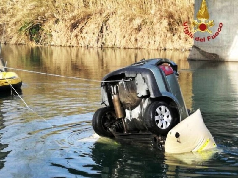 Tragedie în Italia: Trei români morți, după ce au plonjat cu mașina în râu, de la 35 de metri înălțime!