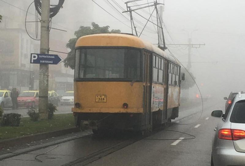 Tramvai blocat la Podul de Piatră după ce un cablul de alimentare s-a rupt