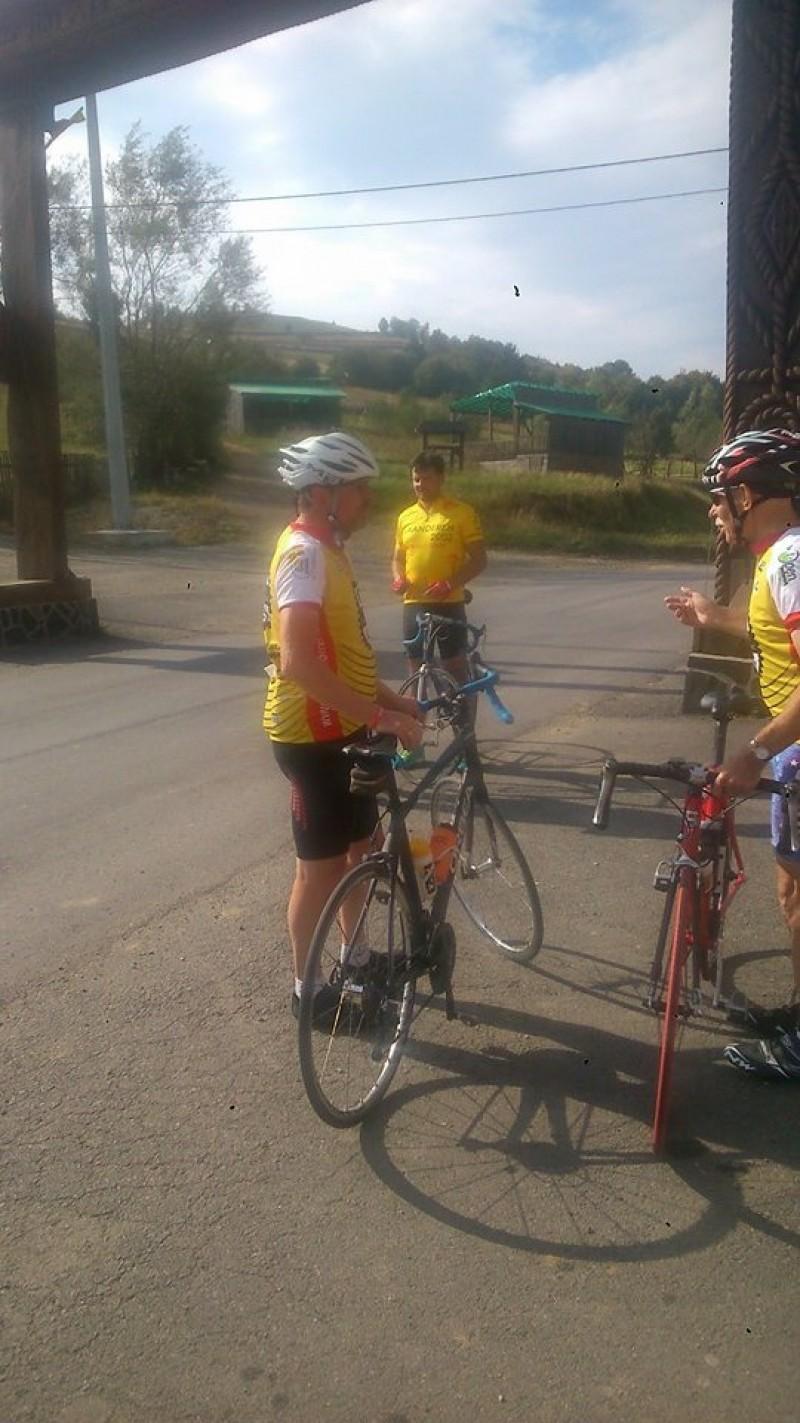 Trei belgieni pedalează 1.000 de kilometri pentru bătrânii din România! După 473 de kilometri au ajuns la Botoșani! FOTO, VIDEO