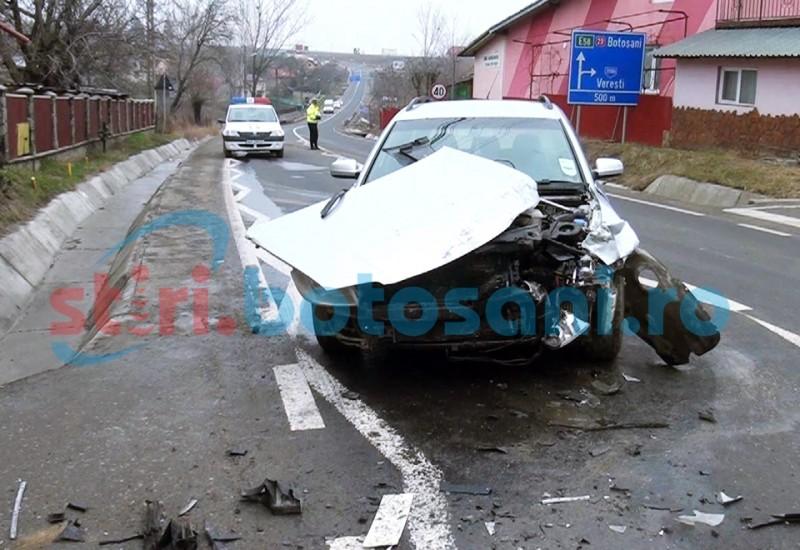 Trei elevi raniti, la Salcea, dupa ce un microbuz s-a izbit in autoturismul unui botosanean! FOTO