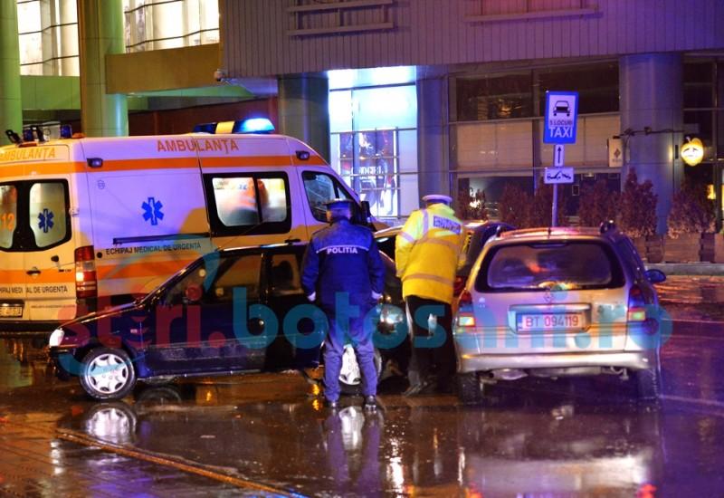 Trei mașini avariate în fața mall-ului, din cauza neatenției! FOTO