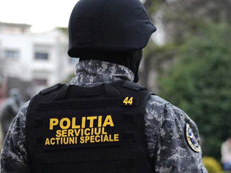 Trei persoane, printre care o tânără de 21 de ani, reținute într-un dosar de proxenetism și consum de droguri