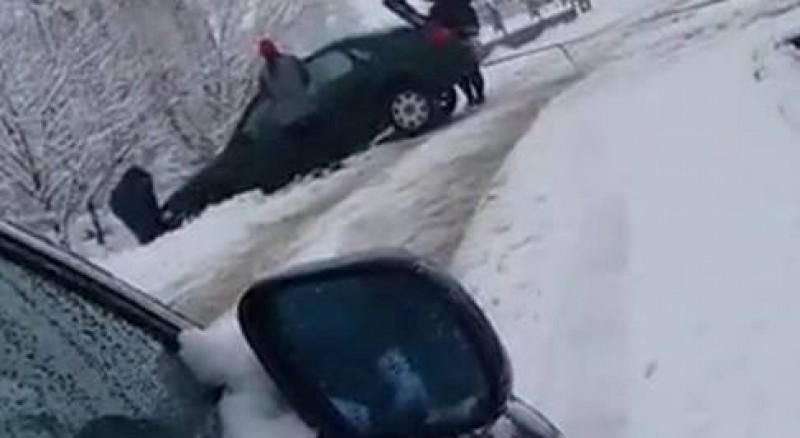 Trei persoane rănite, după ce mașina unui botoșănean s-a răsturnat în șanț!