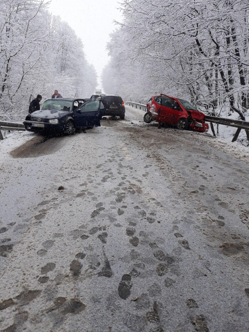 Trei persoane rănite într-un accident la Brăești. Trei mașini au fost implicate! FOTO