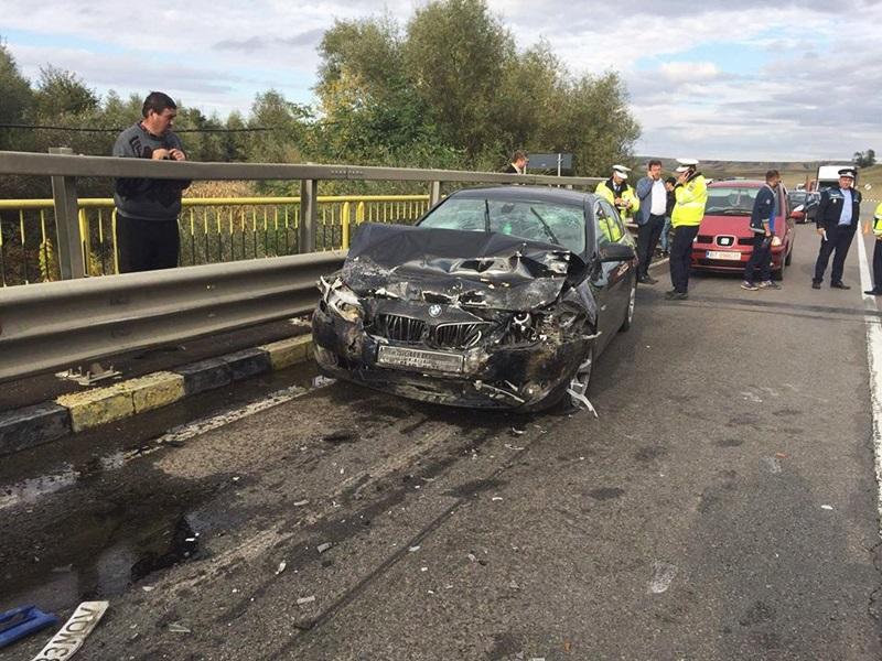 Trei răniţi după ce un şofer din Botoşani a intrat cu microbuzul într-un BMW! FOTO