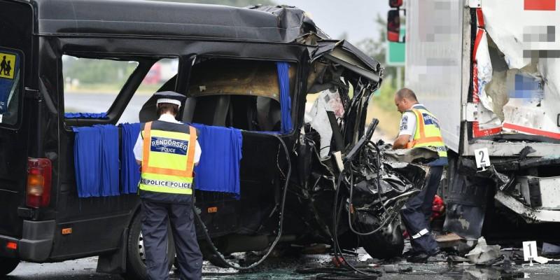 Trei români morţi şi alţi şase răniţi, într-un accident pe o autostradă din Ungaria!