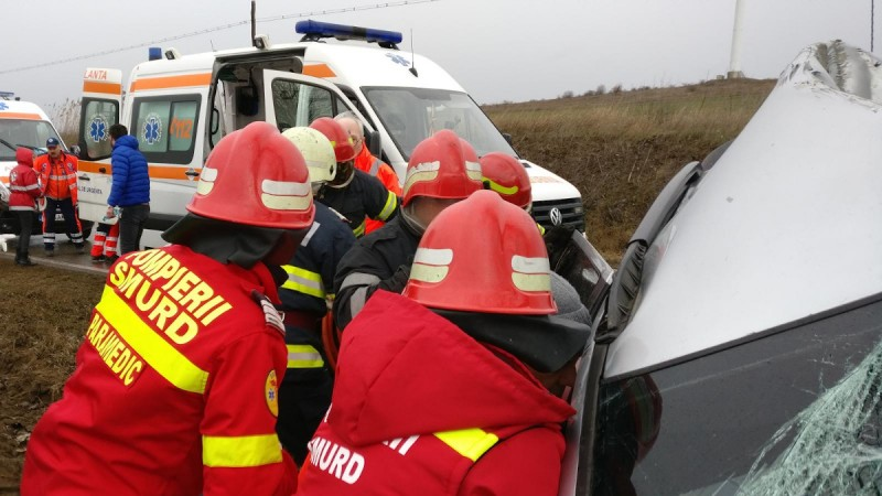 Trei tineri au ajuns la spital, după o cursă cu mașina terminată pe cupolă