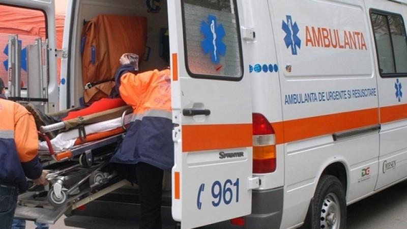 Trimis de urgență la Iași după ce a căzut de pe acoperișul casei