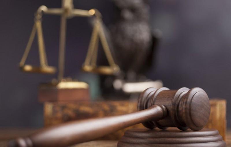 Trimis în judecată după ce și-a lovit un prieten cu toporul în zona capului