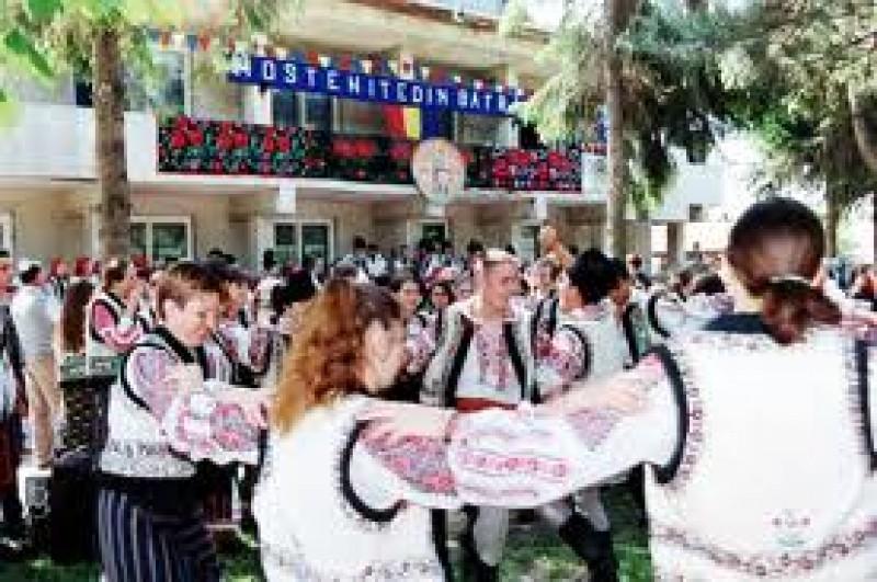"""Trofeul Festivalului-Concurs Interjudetean pentru copii şi tineri interpreţi """"Moştenite din bătrâni"""" a ajuns la Dorohoi"""