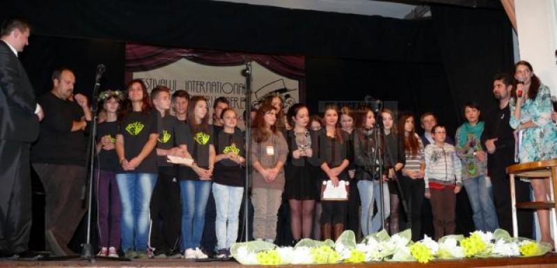 """Trofeul Festivalului Internaţional de Teatru pentru Tineret """"Grigore Vasiliu Birlic"""" a ajuns la Botoșani!"""