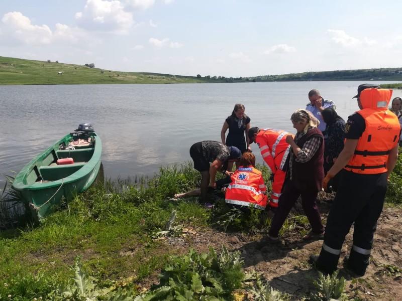 Trupul neînsuflețit al unei bătrâne, găsit plutind pe apa unui iaz!