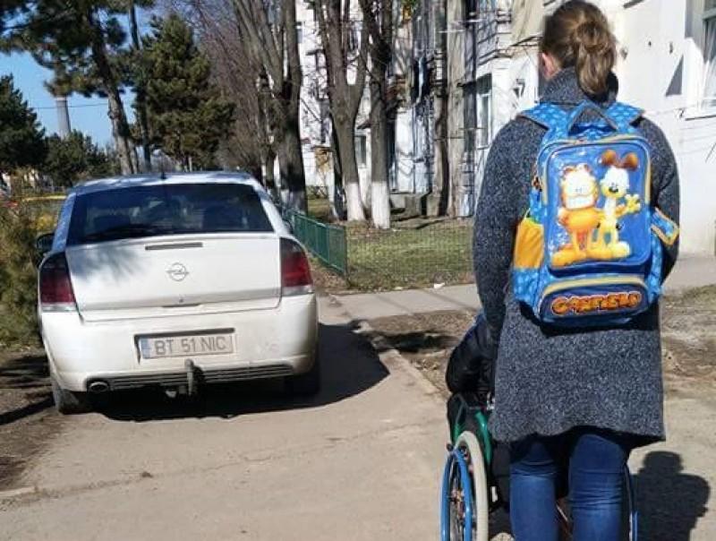TUPEU! Și-a parcat mașina pe trotuar, iar o persoană aflată în scaun cu rotile nu a avut pe unde să treacă! FOTO