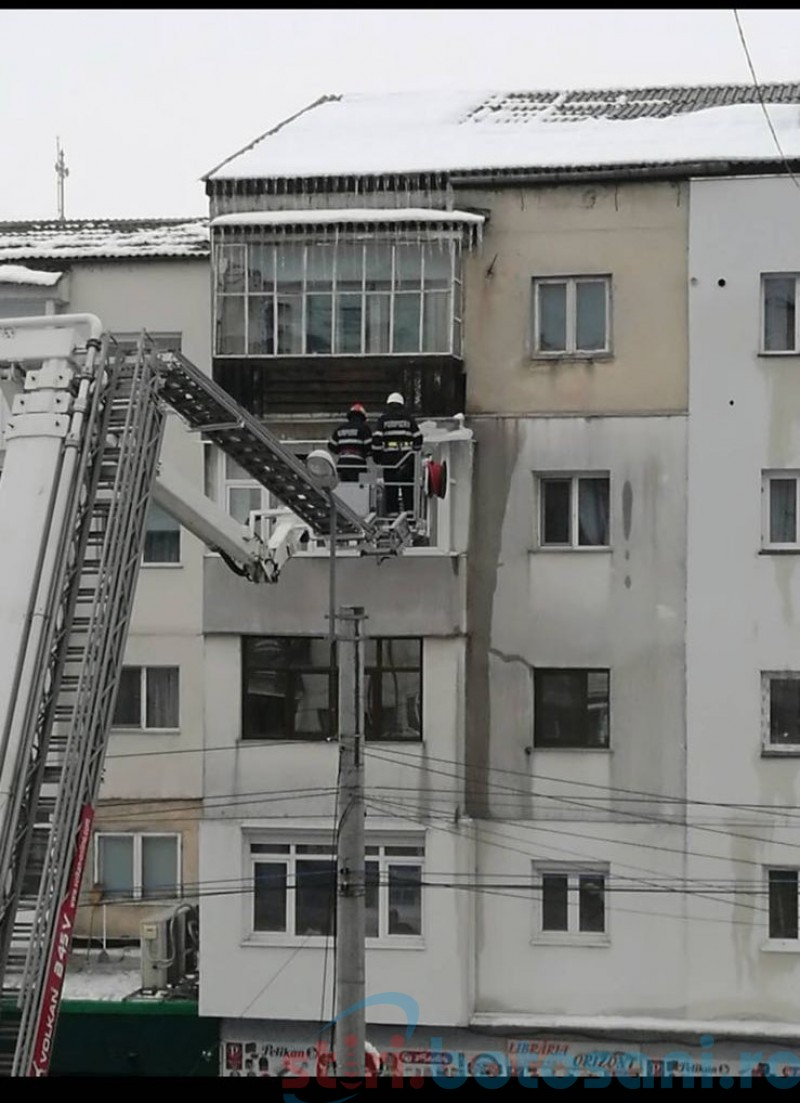 Ţurţuri îndepărtaţi de pe blocuri cu ajutorul pompierilor-FOTO
