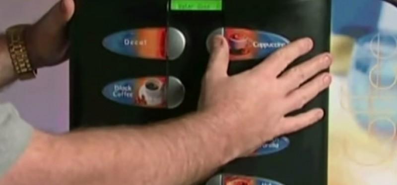 Ultima șansă de a face rost de bani, la 19 ani: caseta din dispozitivul automatului de cafea!