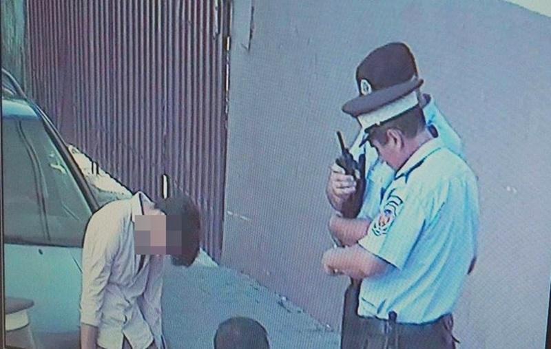 Un adolescent drogat a băgat spaima în trecători! FOTO, VIDEO