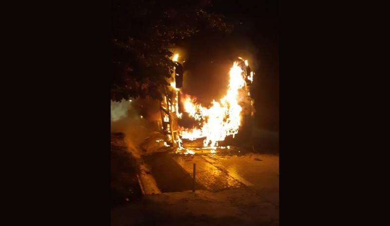 Un autobuz a fost distrus de flăcări la Frumușica în această dimineață