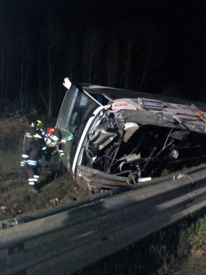 Un autocar romanesc s-a rasturnat in Italia, iar opt persoane au fost ranite!