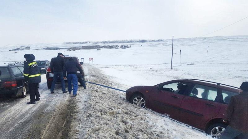 Un autoturism a ajuns în șanț, pe drumul Botoșani-Săveni! FOTO, VIDEO