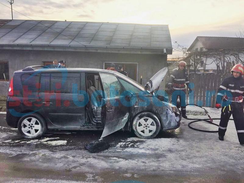 Un autoturism a luat foc în mers! Șoferul a reușit să se salveze în ultima clipă - FOTO