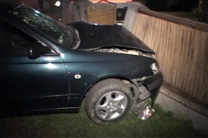 Un băiat de 16 ani din județ a luat mașina unui prieten și s-a izbit într-un gard