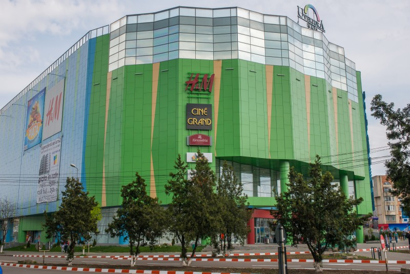 Un bărbat a fost reținut după ce a întreţinut relaţii sexuale cu un minor în toaleta de la mall-ul din Botoşani