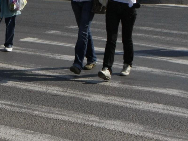 Un bărbat de 66 de ani a fost la un pas de a lua pe capotă o femeie, pe trecerea de pietoni, în zona Pieței Centrale