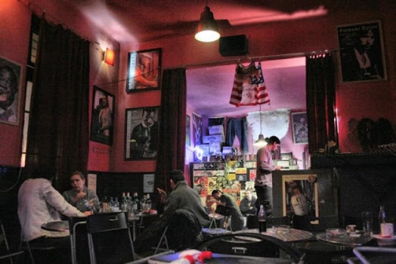 """Un bărbat s-a pus pe țipat în fața unui bar din Botoșani, polițiștii locali l-au """"salutat"""" cu o amendă"""