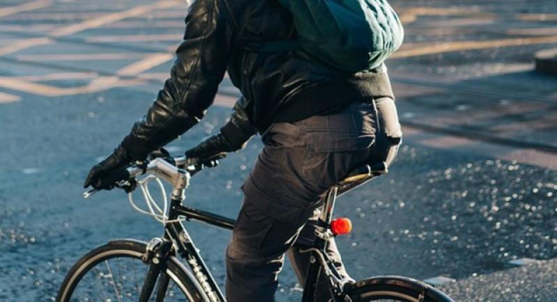 Un bărbat se întorcea atât de obosit de la muncă încât a adormit în timp ce mergea pe bicicletă și a căzut într-un șanț