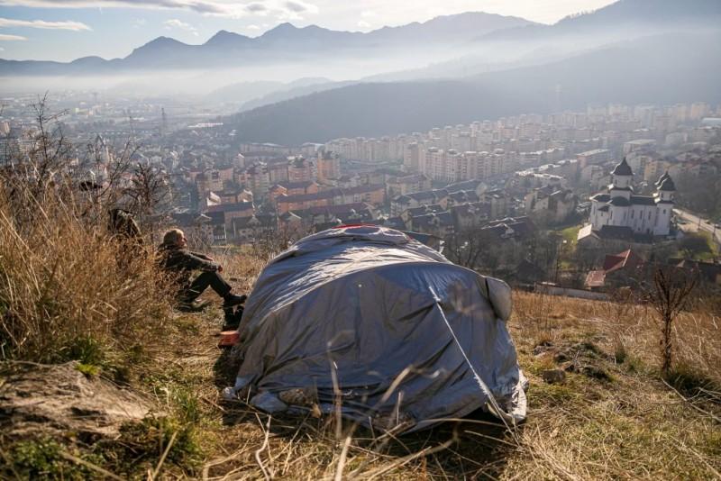Un botoșănean care locuiește de cinci ani în cort, invită polițiștii locali la un suc