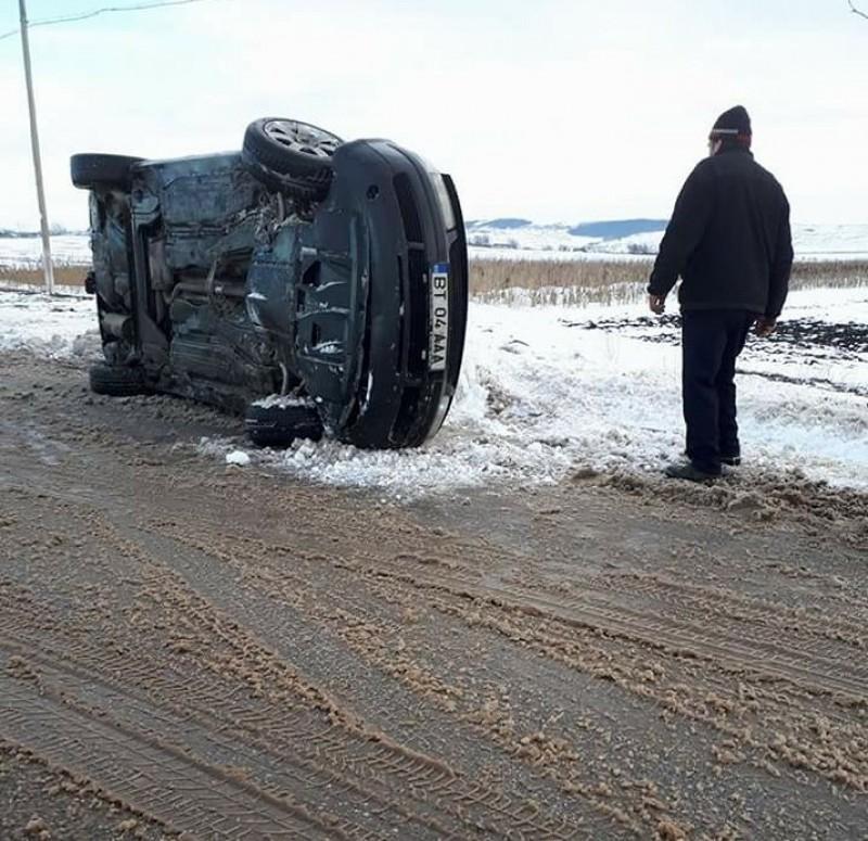 Un botoşănean s-a răsturnat cu maşina pe un drum din Iaşi!